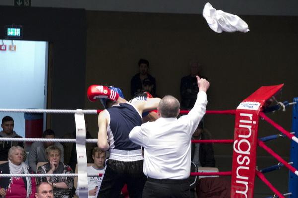 Handtuch fliegt zu spät, denn der Referee zählt bereits - TKO